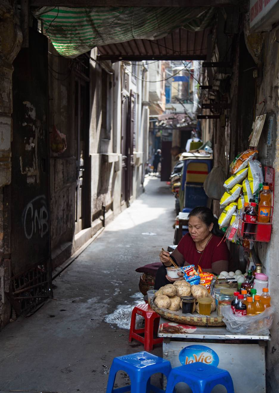 Hanoi-moments of yugen-Old Quarter-narrowstreet